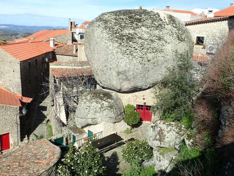 モンサント村 ポルトガル 岩